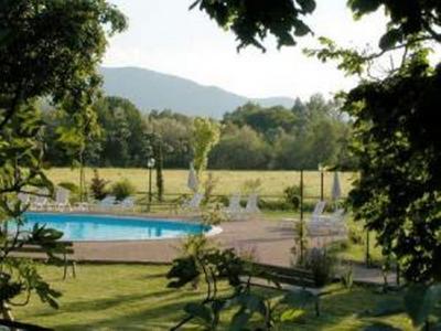 Parco dell'agriturismo con piscina