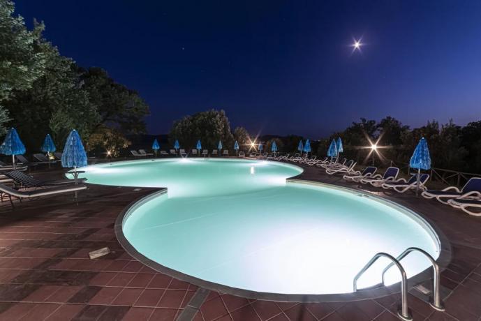 Piscina riscaldata in Resort con Benessere in Toscana