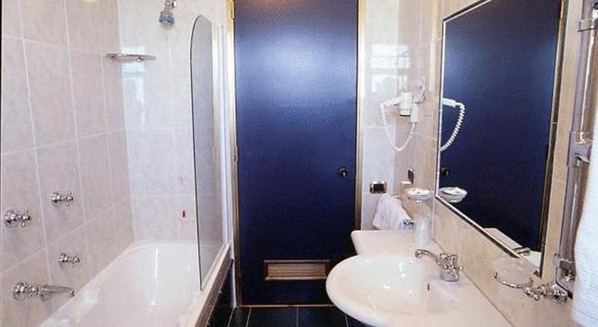 Bagno privato in camera con doccia ad Anzio