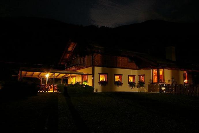 Veduta agriturismo in notturna a Giustino vicino Pinzolo