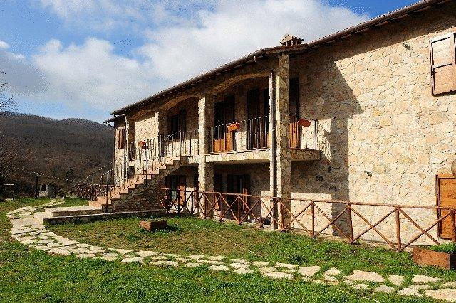 Casale con appartamenti e camere a Passignano