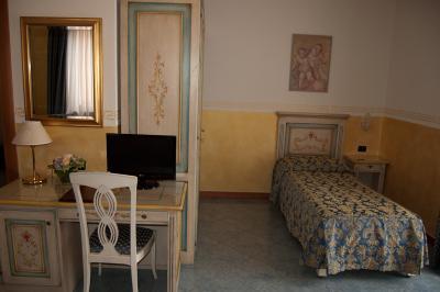 camera tripla con letto matrimoniale e singolo