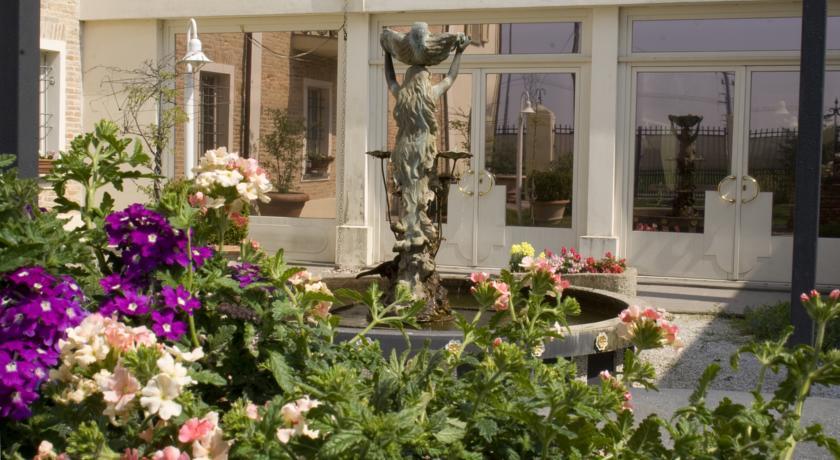 giardini e statue all'esterno della villa Ravenna