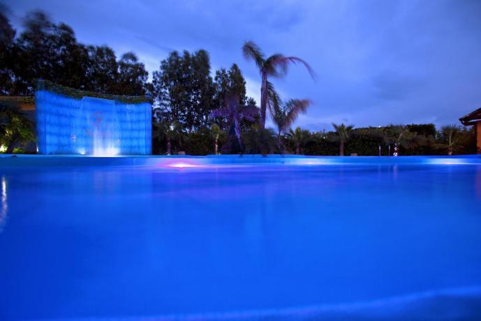Piscina con cascata cervicale hotel 4stelle Battipaglia