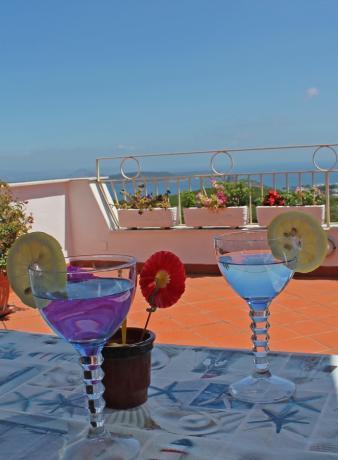 Cocktail in terrazzo panoramico casa vacanza Barano d'Ischia