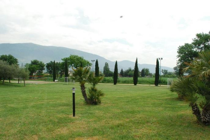 Giardino con erba curata e campo da calcio