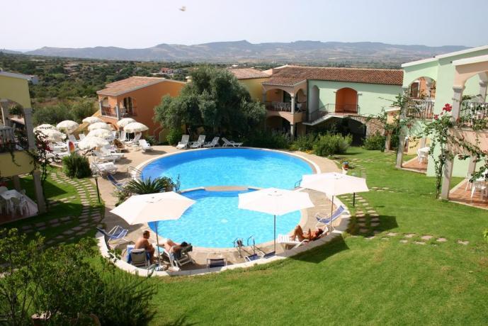 vista dall'alto piscina adulti, bambini in residence