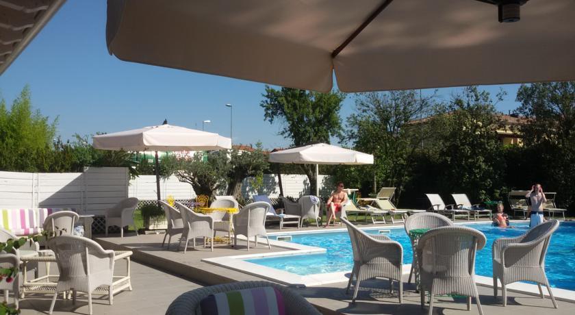 veranda esterna piscina hotel 4 stelle ravenna