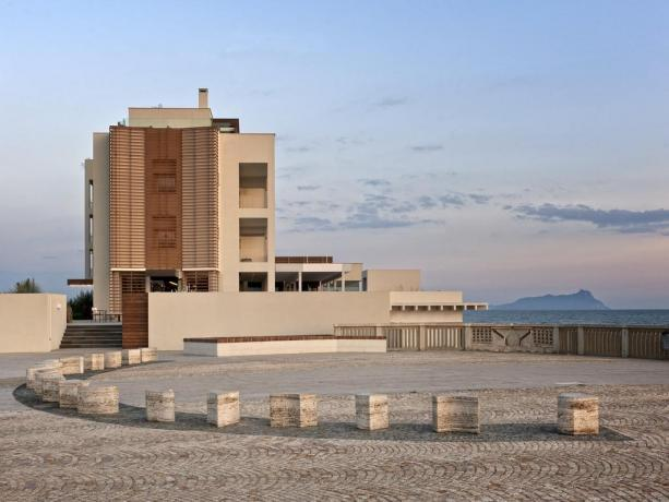 Hotel moderno fronte mare con spiaggia privata Latina