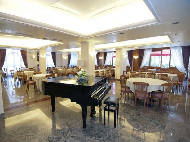 Pianoforte in sala ristorante hotel in Puglia