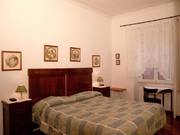 Camera matrimoniale con finestra B&B di Roma