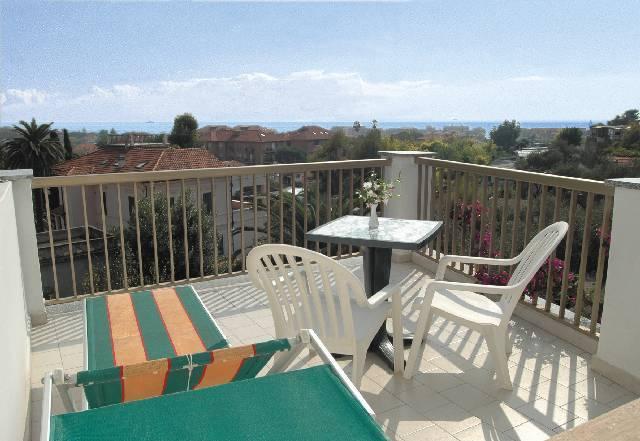 Balcone con tavolo e sdraio hotel3stelle Imperia