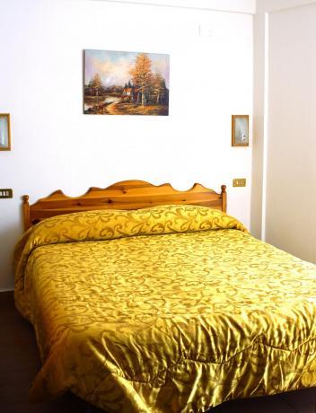 Camera Matrimoniale con mobili in legno