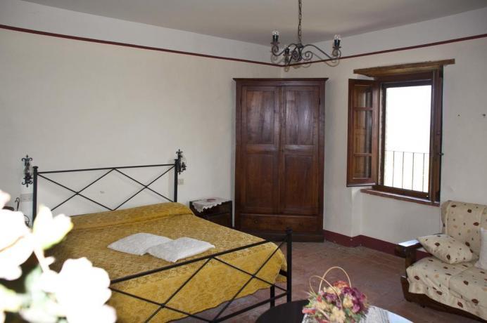 Camere con mobili d'epoca a Todi