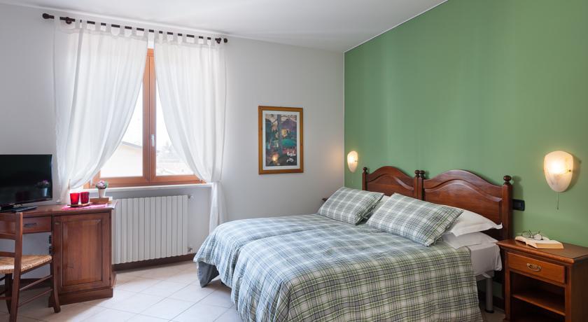 Stanze da letto con scrivania e Tv satellitare