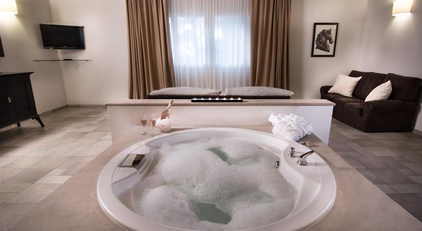 Camere e Suite con vasca idromassaggio nel Salento, agriturismo, masseria