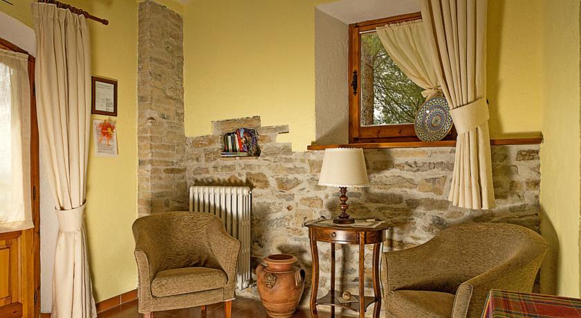 Area relax con poltrone in stile rustico