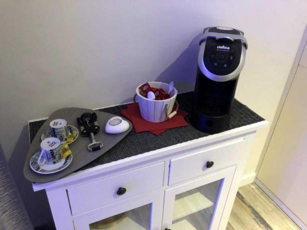 Camera con angolo caffe