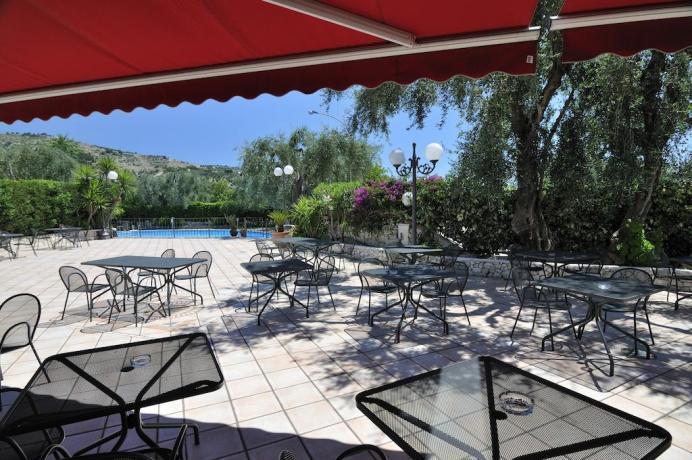 Area esterna con vista piscina hotel in Puglia