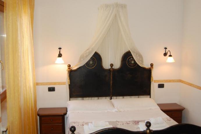 A Macerata casa vacanze con letto a baldacchino