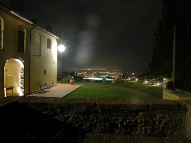 Piscina esterna illuminata con Belvedere