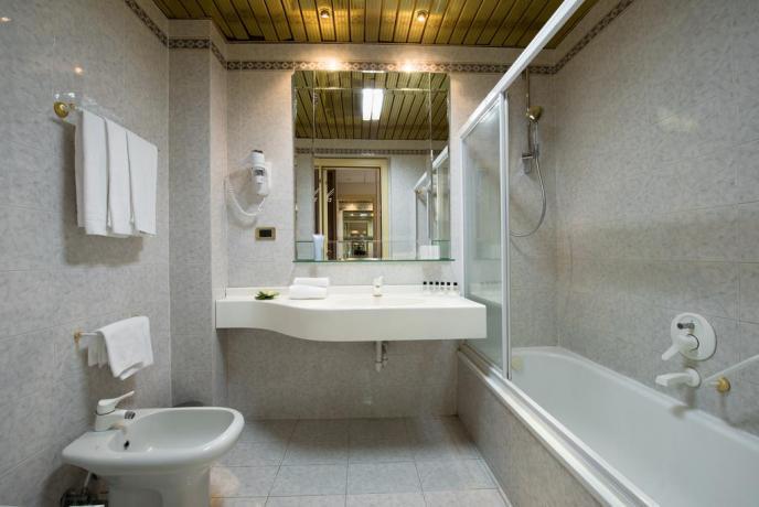 Bagno con vasca interno hotel viterbo