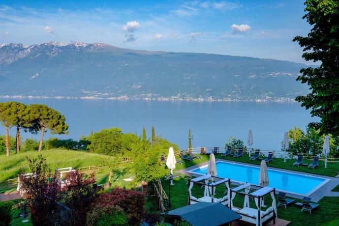Panoramica piscina esterna con lago di Garda