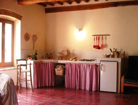 Cucina completa abitabile con frigorifero a Umbertide