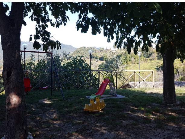 Giochi per bambini nel giardino del casale
