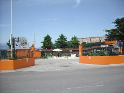 L'ingresso al parcheggio recintato dell' Albergo