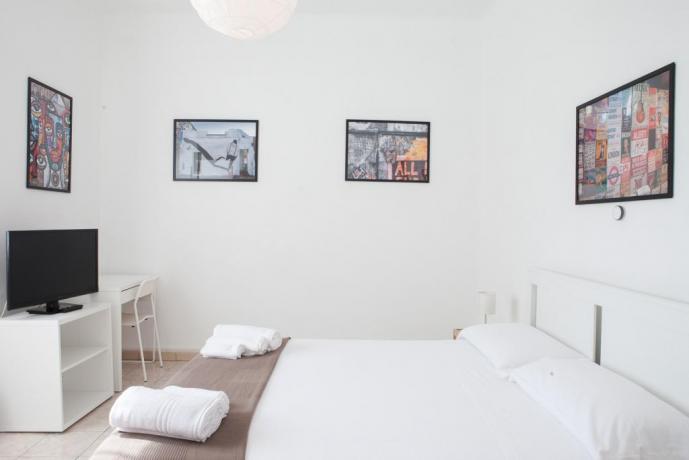 Camera matrimoniale soleggiata con tv appartamento Ancona