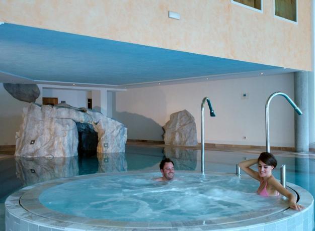 Piscina Calda con idromassaggio in Hotel a Molveno
