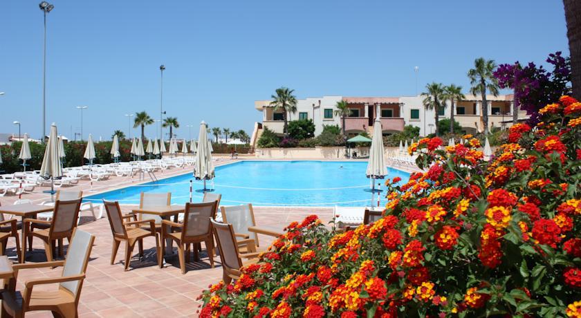 Piscina Miniclub e Spiaggia in Resort nel Salento