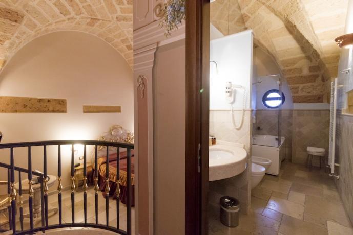 Camera matrimoniale con bagno in antica dimora Salento