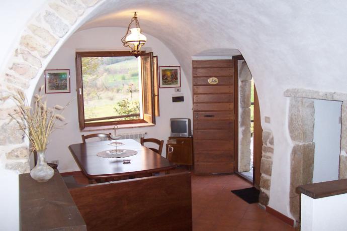 Appartamento con soggiorno e finestra panoramica a Fontecchio