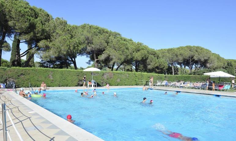 Resort con piscina attrezzata lettini, ombrelloni Baia Domizia