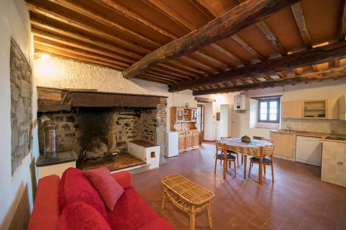 Salone con Cucina e Camino vicino Firenze