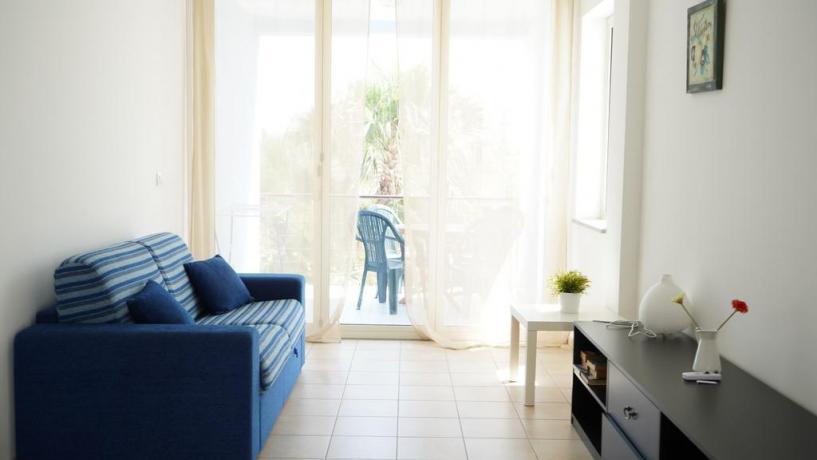 Appartamento con salotto-finestra in villaggio a Isca-Marina