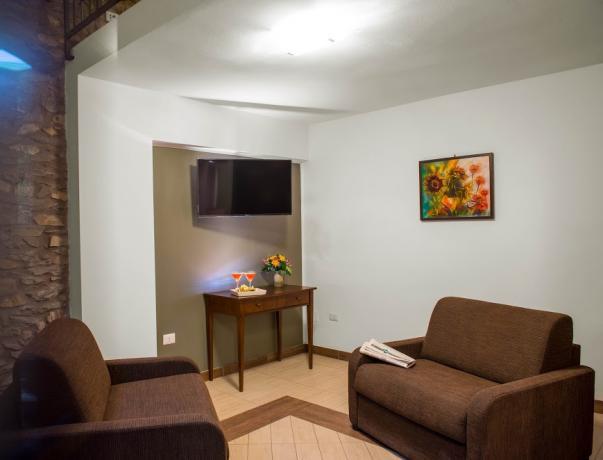 Area relax con tv e poltrone