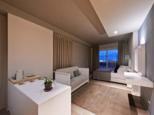 Camera familiare con grande terrazza vista mare Latina