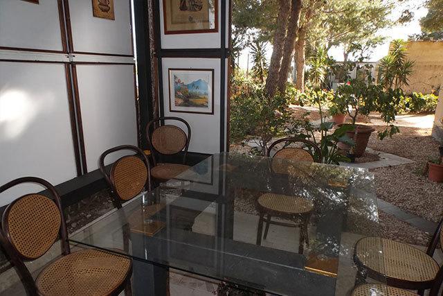 Tavolo all'aperto attrezzato con sedie