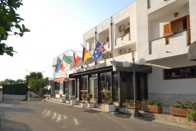 Ingresso albergo con ristorante sul Gargano Puglia