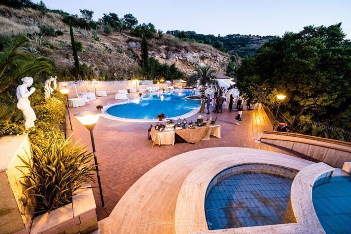 Piscina esterna con solarium e lettini hotel3stelle Caltagirone