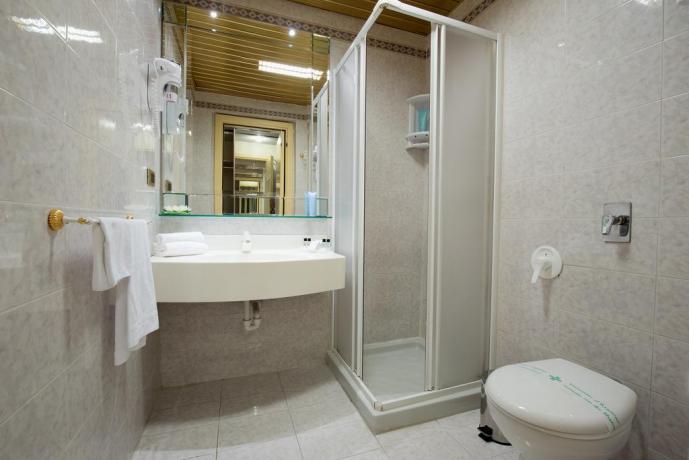 Bagno con doccia hotel viterbo terme