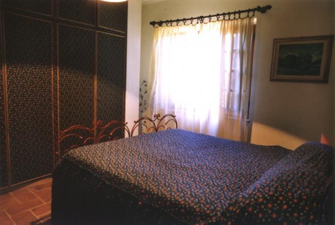 Camera matrimoniale con arredamento rustico a Montefalcone