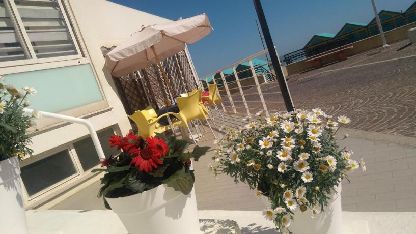 Area relax con vista mare albergo a Pesaro