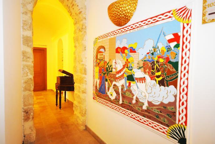 Albergo in Sicilia, corridoi con mosaici su Palermo