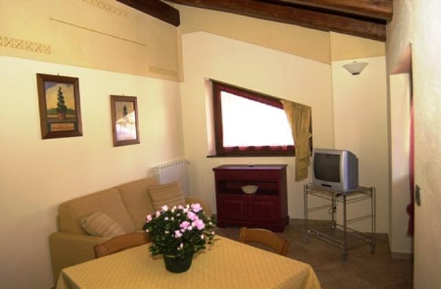 Area soggiorno con divano e TV