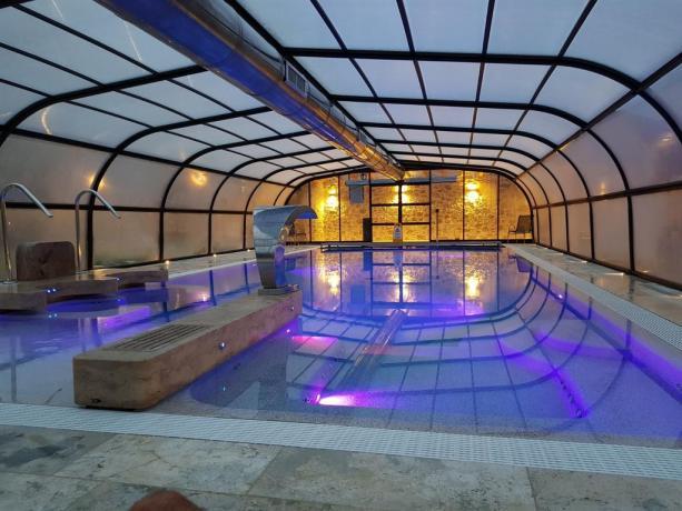 Lussuosa piscina coperta e benessere nel chianti