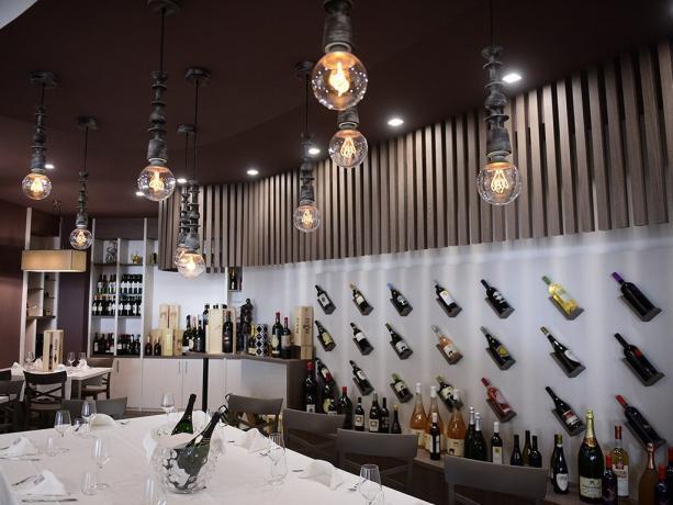 Sala ristorante con selezione vini hotel 4stelle Battipaglia-Salerno